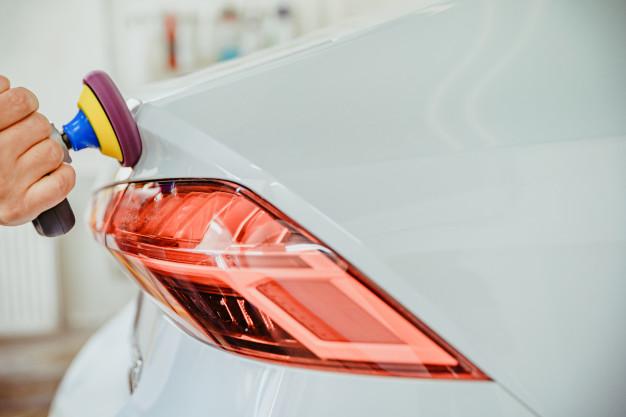 pulido-manual-carroceria-automoviles-lujo-aplicacion-equipos-proteccion-ceramica-copia-espacio_155027-1026